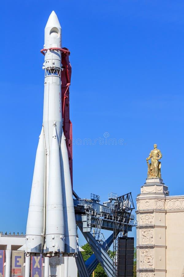 Μόσχα, Ρωσία - 1 Αυγούστου 2018: Συμπληρωματικός πύραυλος Vostok σε VDNH στη Μόσχα σε ένα υπόβαθρο της μεταφοράς περίπτερων και τ στοκ εικόνες