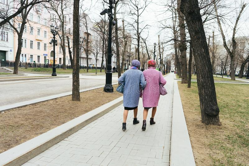 Μόσχα, Ρωσία - 04 20 2019: Δύο κομψές παλαιότερες γιαγιάδες που ντύνονται όμοια στοκ εικόνα με δικαίωμα ελεύθερης χρήσης