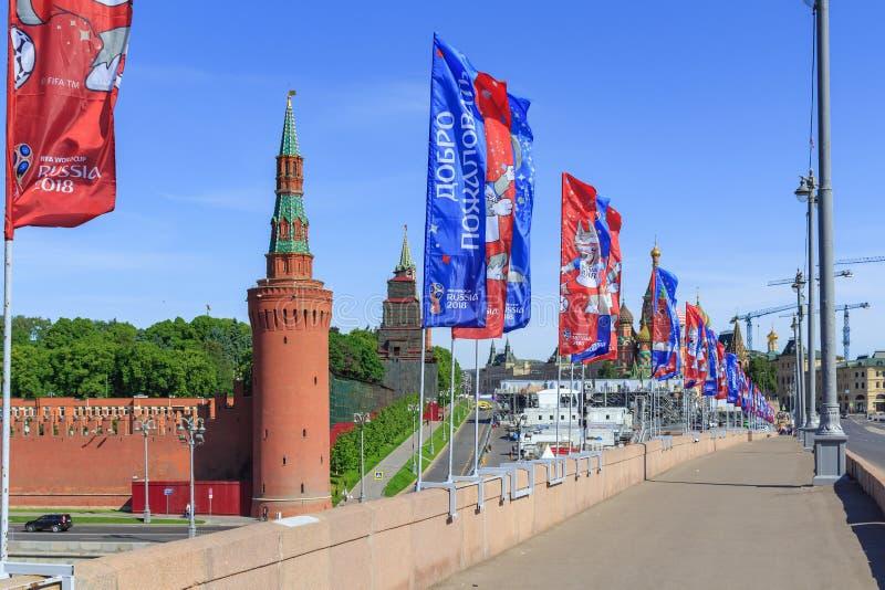Μόσχα, Ρωσία - 3 Ιουνίου 2018: Οι κυματίζοντας σημαίες με τα σύμβολα του Παγκόσμιου Κυπέλλου Ρωσία το 2018 της FIFA σε Bol ` shoy στοκ φωτογραφία