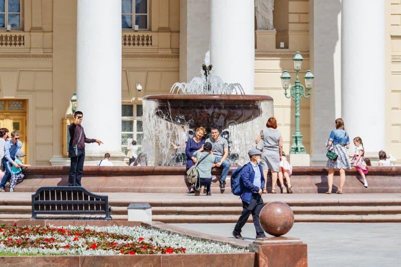 Μόσχα, Ρωσία - 2 Ιουνίου 2019: Οι τουρίστες παίρνουν μια φωτογραφία σε ένα υπόβαθρο του θεάτρου Bolshoi κοντά στην πηγή στην πλατ στοκ φωτογραφία με δικαίωμα ελεύθερης χρήσης