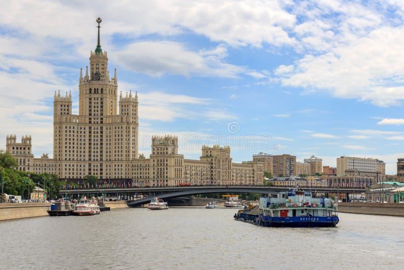 Μόσχα, Ρωσία - 21 Ιουνίου 2018: Σκάφη που επιπλέουν στον ποταμό Moskva ενάντια στο stalinist ουρανοξύστη στο ανάχωμα Kotelnichesk στοκ φωτογραφία με δικαίωμα ελεύθερης χρήσης
