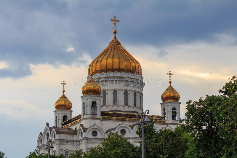 Μόσχα, Ρωσία - 19 Ιουνίου 2018: Χρυσοί θόλοι του καθεδρικού ναού Χριστού ο λυτρωτής στη Μόσχα ενάντια στο δραματικό ουρανό στοκ εικόνα με δικαίωμα ελεύθερης χρήσης