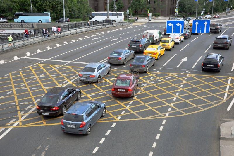 Μόσχα, Ρωσία - 2 Ιουνίου 2019: NNo που σταθμεύει το κίτρινο σημάδι του σταυρού ζώνης στο δρόμο, επιφάνεια ασφάλτου στοκ εικόνα