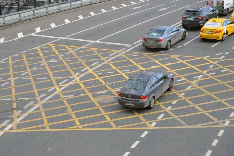 Μόσχα, Ρωσία - 2 Ιουνίου 2019: NNo που σταθμεύει το κίτρινο σημάδι του σταυρού ζώνης στο δρόμο, επιφάνεια ασφάλτου στοκ φωτογραφία