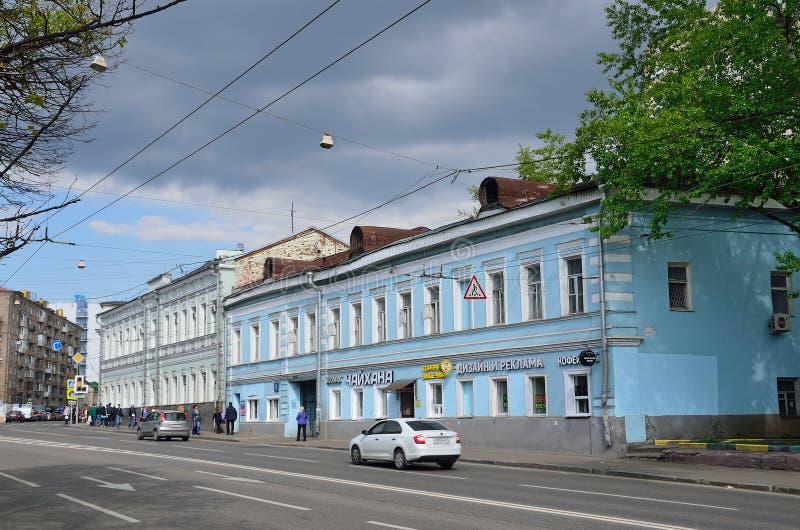 Μόσχα, Ρωσία, 19 Μαΐου, 2017 Άνθρωποι που περπατούν στην οδό Spartakovskaya κοντά στο σπίτι 8 Σπίτι Sysoev - Rebrov, μέσος 19ος α στοκ εικόνα με δικαίωμα ελεύθερης χρήσης