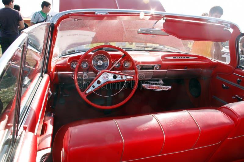 Μόσχα, Ρωσία - 25 Μαΐου 2019: Εσωτερικό ενός εκλεκτής ποιότητας αυτοκινήτου Chevrolet Impala μετατρέψιμο από το κόκκινο δέρμα στοκ εικόνες