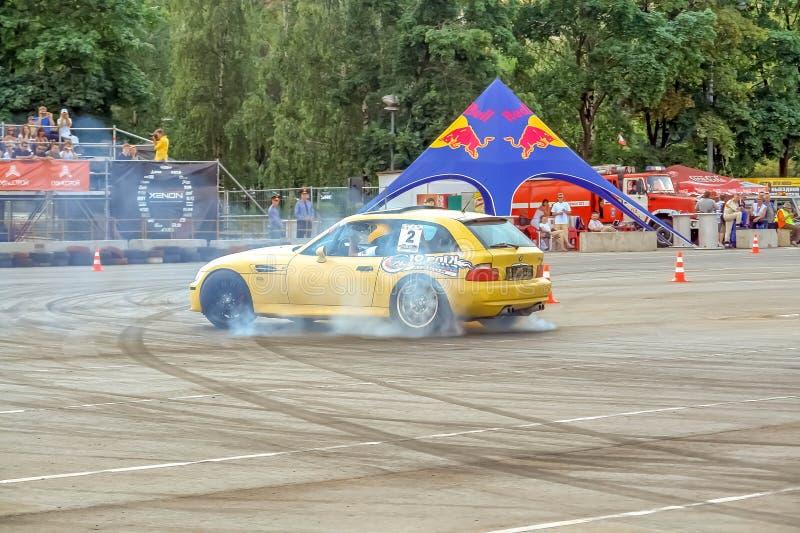 Μόσχα, Ρωσία - 25 Μαΐου 2019: Η κίτρινη Bmw κλίσης hatchback Συντονισμένο αυτοκίνητο που παρασύρει στην περιφραγμένη περιοχή στοκ εικόνες με δικαίωμα ελεύθερης χρήσης