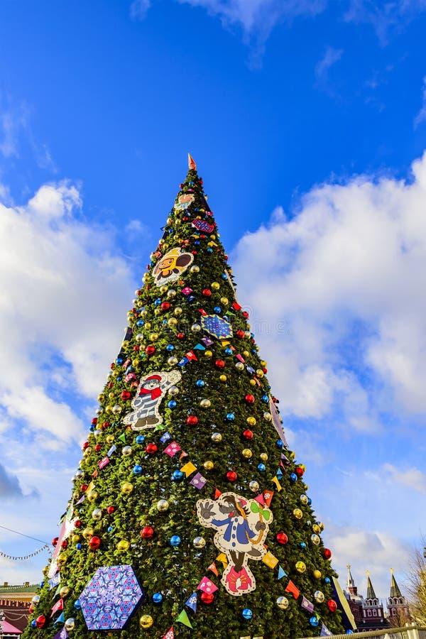 Μόσχα Ρωσία Μεγάλο χριστουγεννιάτικο δέντρο που ντύνεται επάνω για τα Χριστούγεννα και τη νέα αντίθετη ΓΟΜΜΑ έτους 2019 στην κόκκ στοκ εικόνα με δικαίωμα ελεύθερης χρήσης