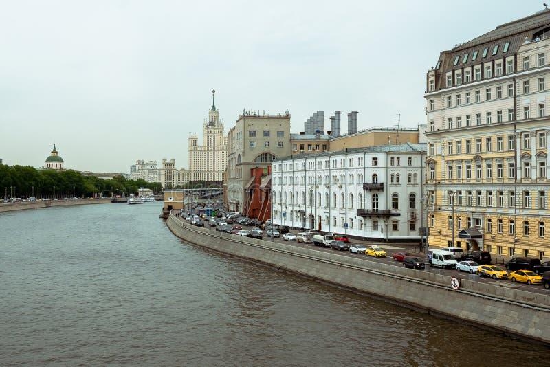 Μόσχα, Ρωσία - 15 05 18: Ουρανοξύστης του Στάλιν στο υπόβαθρο του ποταμού στοκ φωτογραφίες με δικαίωμα ελεύθερης χρήσης