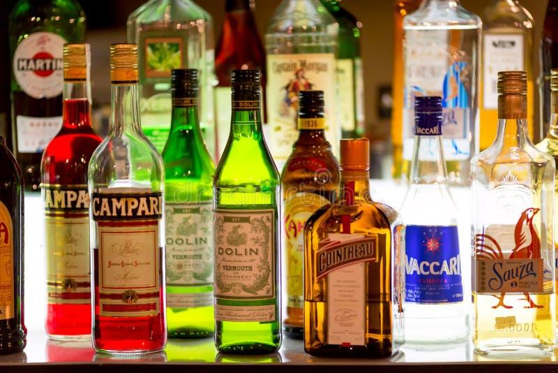 Μόσχα, Ρωσία - το Δεκέμβριο του 2018: Διάφορα μπουκάλια οινοπνεύματος σε έναν φραγμό ή ένα εστιατόριο στοκ φωτογραφία με δικαίωμα ελεύθερης χρήσης