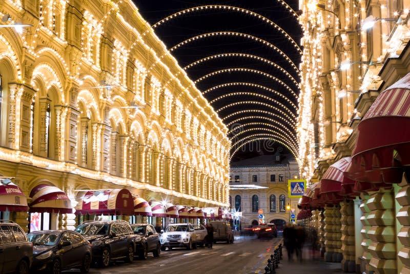 Μόσχα, Ρωσία - το Δεκέμβριο του 2017: Χριστούγεννα στη Μόσχα Διακοσμημένη οδός Nikolskaya κοντά στην κόκκινη πλατεία με τις καταπ στοκ εικόνα