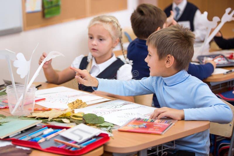 Μόσχα, Ρωσία, το Σεπτέμβριο του 2015 Ένα μάθημα στη δημιουργικότητα στο δημοτικό σχολείο Φωτεινές συγκινήσεις στοκ φωτογραφίες με δικαίωμα ελεύθερης χρήσης