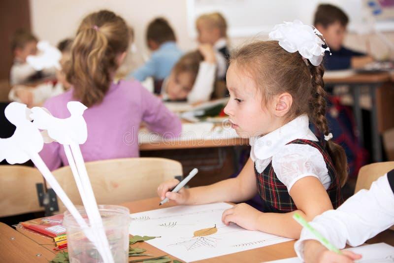 Μόσχα, Ρωσία, το Σεπτέμβριο του 2015 Ένα μάθημα στη δημιουργικότητα στο δημοτικό σχολείο Φωτεινές συγκινήσεις στοκ εικόνες με δικαίωμα ελεύθερης χρήσης
