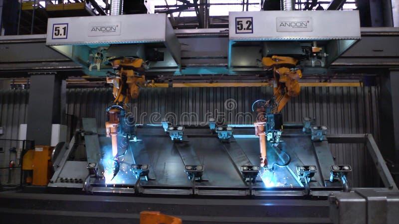 Μόσχα, Ρωσία - το Σεπτέμβριο του 2018: Μετακίνηση ρομπότ συγκόλλησης στο εργοστάσιο αυτοκινήτων σκηνή Μετακίνηση του ρομπότ κατά  στοκ εικόνες