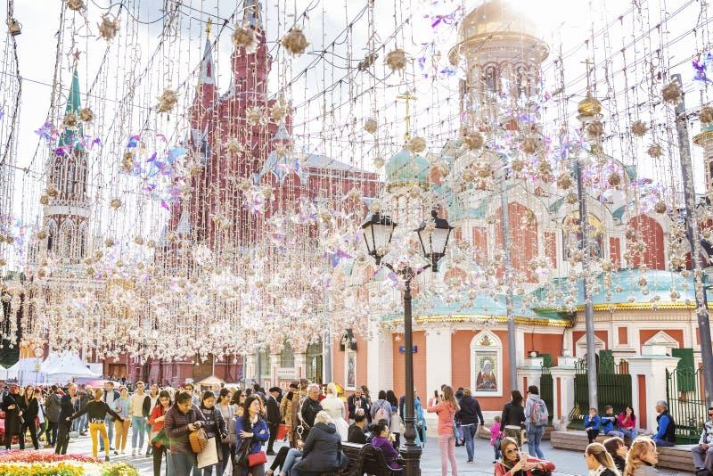 Μόσχα, Ρωσία, 08/06/2019: Όμορφη διακόσμηση σχεδίου κρεμαστών κοσμημάτων των κεντρικών οδών του κεφαλαίου Μεγάλη εικονική παράστα στοκ εικόνες