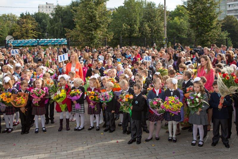 Μόσχα, Ρωσία - 1 SEP, 2013: Συνεδρίαση με τους first-grade μαθητές και το δάσκαλο schoolyard Η ημέρα της γνώσης στη Ρωσία στοκ εικόνες