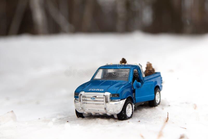 Μόσχα Το Δεκέμβριο του 2018 Μπλε ανοιχτό φορτηγό Ford F350 παιχνιδιών με τη ανοιχτή πόρτα Στάση στο χειμερινό χιονώδη δρόμο Δάσος στοκ εικόνα