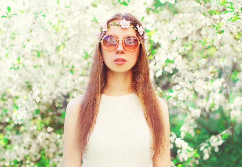 Μόδας νέα γυναίκα χίπηδων πορτρέτου όμορφη πέρα από το άνθισμα στοκ εικόνα