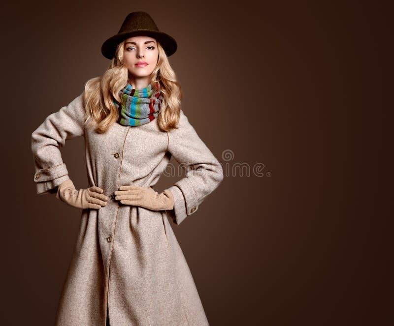 Μόδα πτώσης Γυναίκα στην εξάρτηση φθινοπώρου παλτό μοντέρνο στοκ φωτογραφία με δικαίωμα ελεύθερης χρήσης