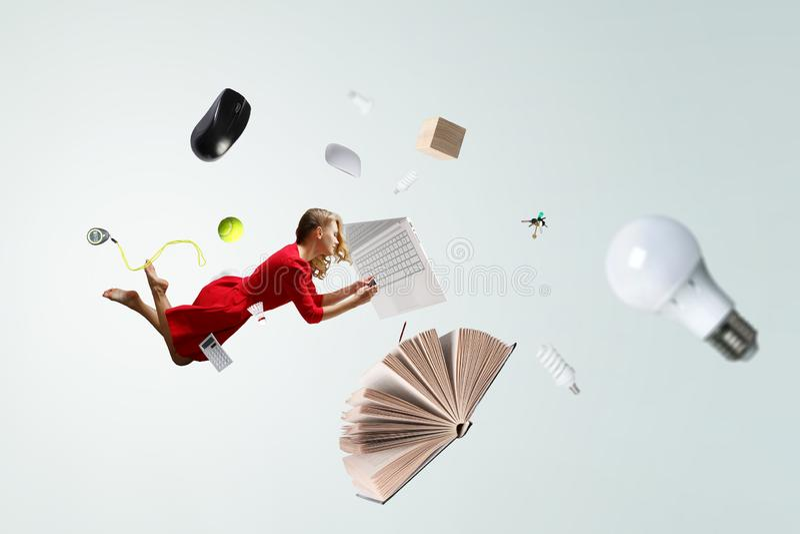 Μύγα γυναικών στον αέρα και χρήση κινητή Μικτά μέσα στοκ εικόνες με δικαίωμα ελεύθερης χρήσης