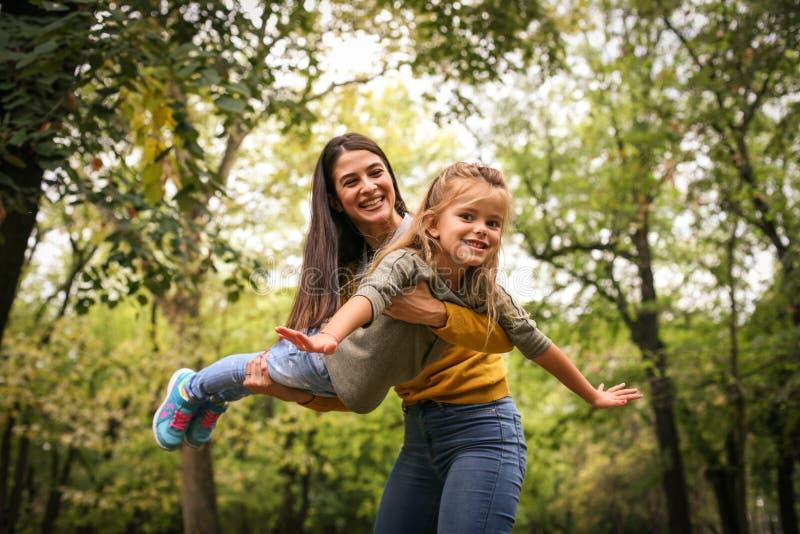 Μύγα κορών στα όπλα Moms στοκ εικόνα με δικαίωμα ελεύθερης χρήσης