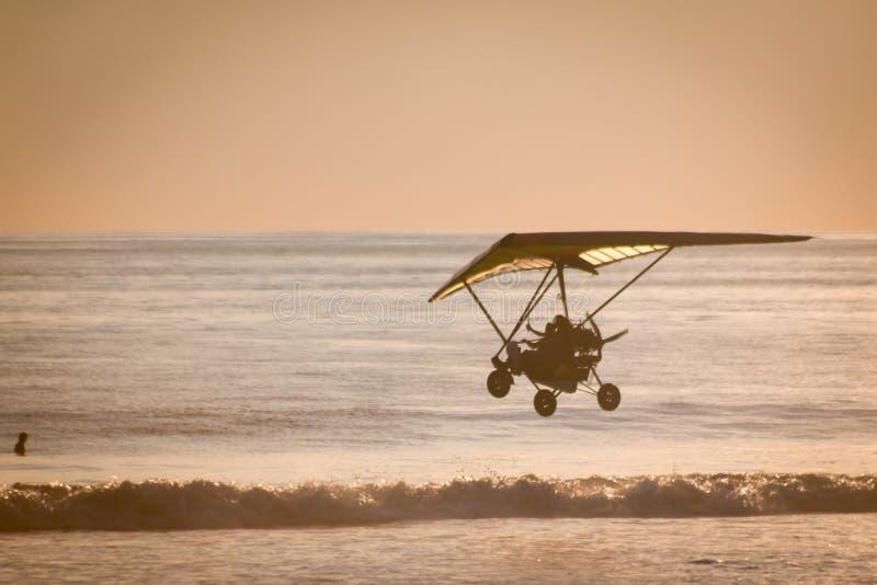 Μύγα Hang που γλιστρά στην κυριακή παραλία, Κόστα Ρίκα στοκ εικόνες