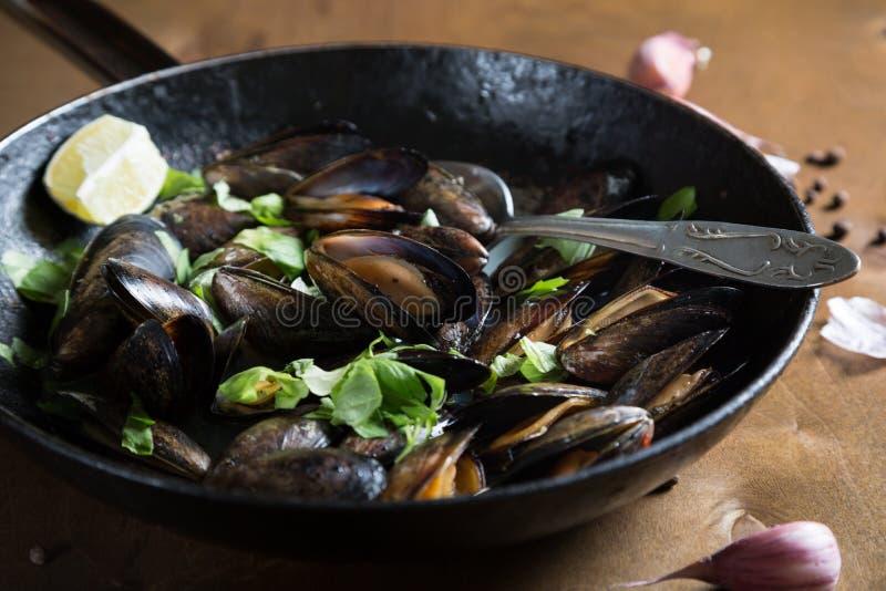 Μύδια που μαγειρεύονται με τα χορτάρια στοκ φωτογραφία με δικαίωμα ελεύθερης χρήσης