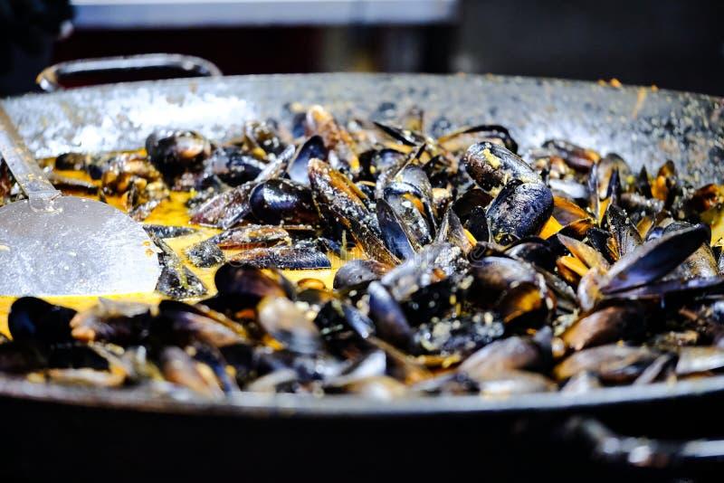 Μύδια σε ένα τηγάνι στοκ φωτογραφία με δικαίωμα ελεύθερης χρήσης