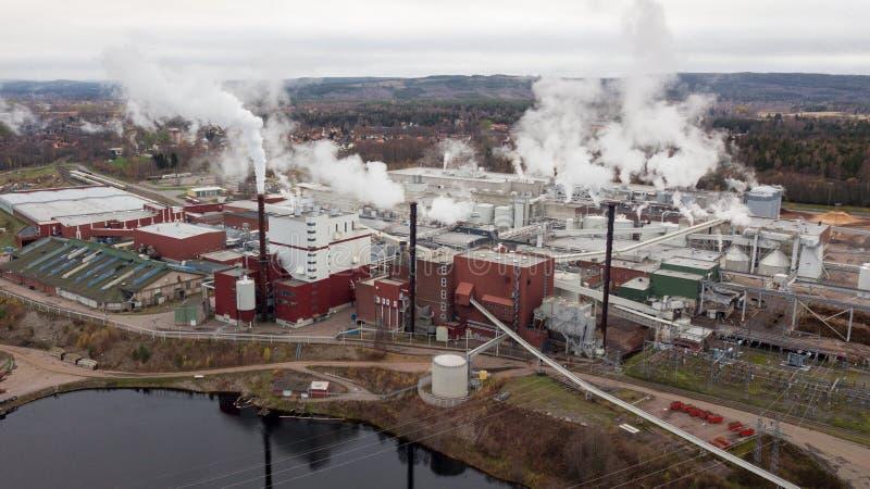 Μύλος εγγράφου σε Borlänge, Σουηδία με τις καπνίζοντας καπνοδόχους εναέρια όψη στοκ εικόνες