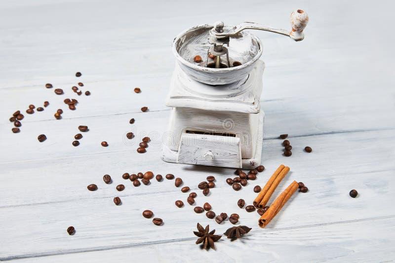 Μύλος καφέ με τα φασόλια καφέ και τα ραβδιά καρυκευμάτων και κανέλας καρυκευμάτων, γλυκάνισο αστεριών στοκ εικόνες