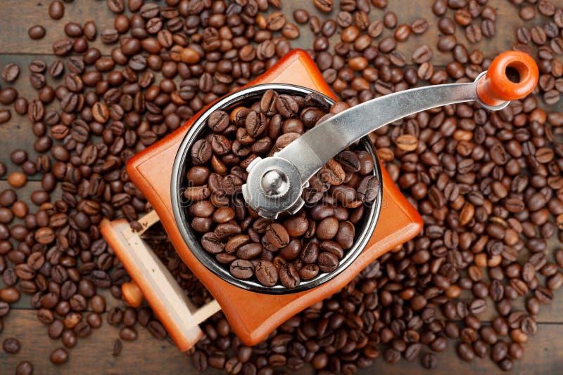 Μύλος καφέ με τα φασόλια καφέ στοκ φωτογραφία
