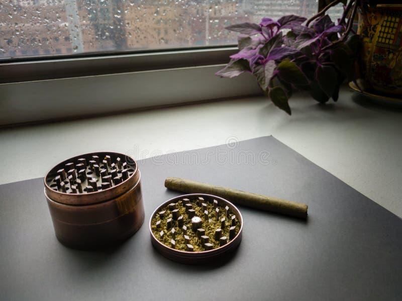 Μύλος χορταριών με την επίγεια μαριχουάνα και το πουράκι στοκ εικόνες