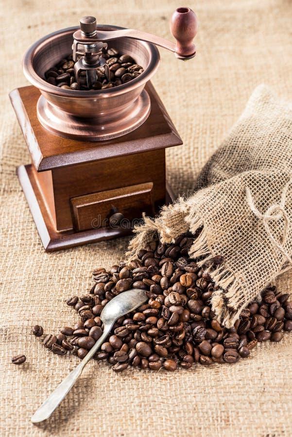 Μύλος καφέ με τα αρωματικά φασόλια καφέ στην τσάντα απόλυσης στοκ φωτογραφία