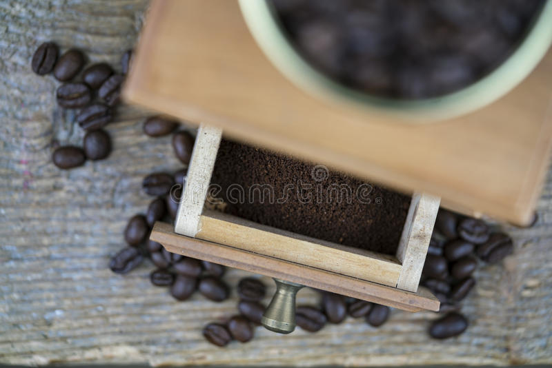 Μύλος καφέ που αντιμετωπίζεται άνωθεν στοκ εικόνες