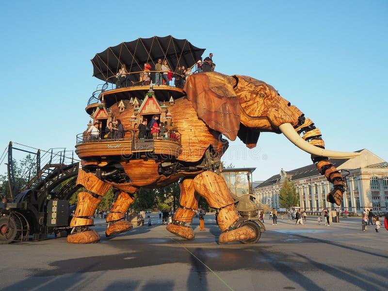 Νάντη, Γαλλία Οι μηχανές λούνα παρκ του νησιού της Νάντης Ο μεγάλος ελέφαντας στοκ φωτογραφίες