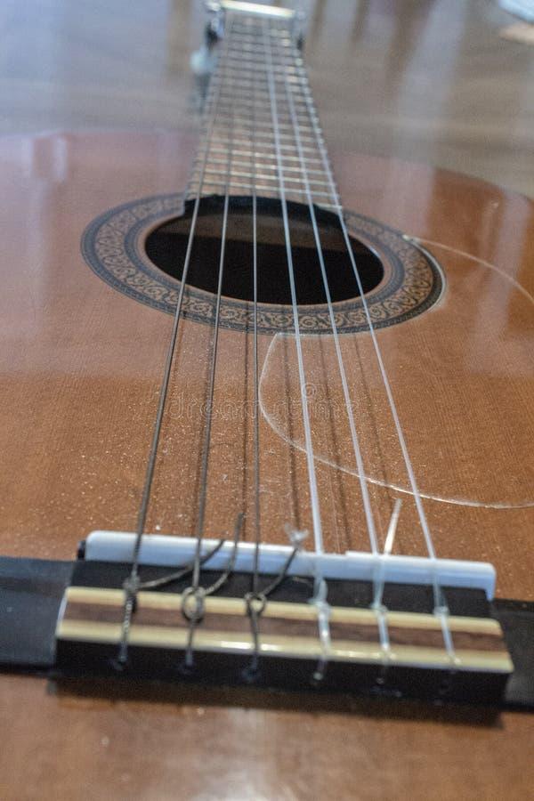 Νάυλον ακουστική κιθάρα τσιμπημάτων στοκ εικόνες
