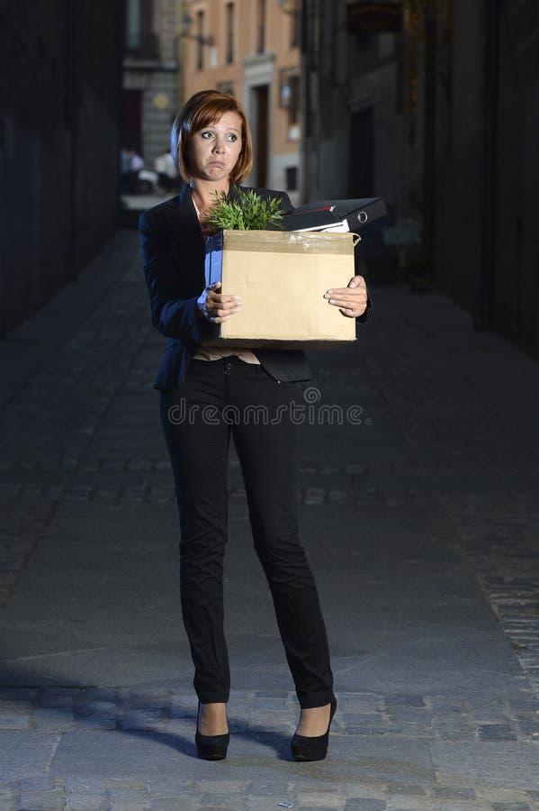 Νέα άνεργη επιχειρησιακή γυναίκα που απολύεται από την εργασία λυπημένη στην κατάθλιψη και την πίεση στοκ εικόνες με δικαίωμα ελεύθερης χρήσης