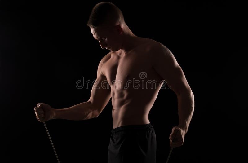 Νέα άσκηση αθλητών με τον εξοπλισμό στοκ φωτογραφίες με δικαίωμα ελεύθερης χρήσης
