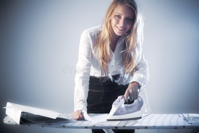 Νέα έγγραφα εγγράφου σιδήρου επιχειρηματιών στοκ φωτογραφίες