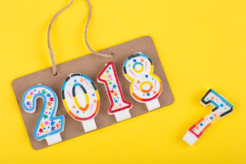Νέα έννοια έτους - ένα σημάδι στο σχοινί με την επιγραφή το 2018 κάνει των κεριών και αντίο του έτους του 2017 στοκ φωτογραφία με δικαίωμα ελεύθερης χρήσης