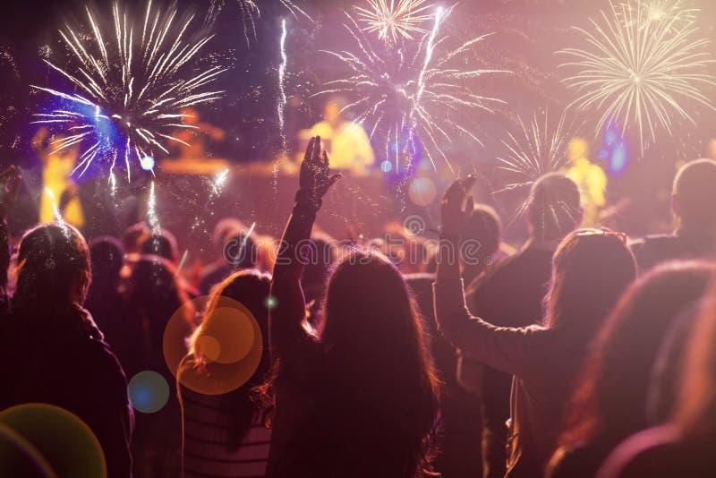 Νέα έννοια έτους - ενθαρρυντικό πλήθος και πυροτεχνήματα στοκ εικόνα με δικαίωμα ελεύθερης χρήσης