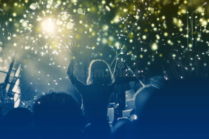 Νέα έννοια έτους - ενθαρρυντικό πλήθος και πυροτεχνήματα στοκ εικόνες
