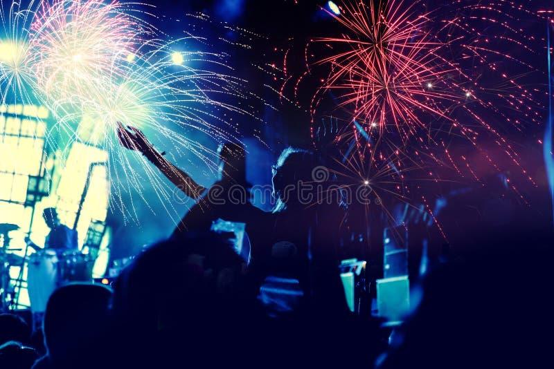 Νέα έννοια έτους - ενθαρρυντικό πλήθος και πυροτεχνήματα στοκ φωτογραφία