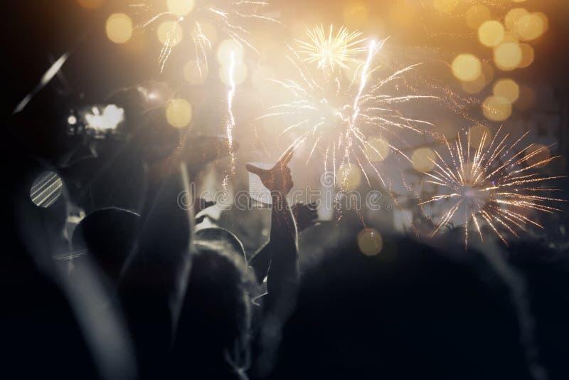 Νέα έννοια έτους - ενθαρρυντικό πλήθος και πυροτεχνήματα στοκ φωτογραφία με δικαίωμα ελεύθερης χρήσης