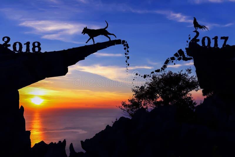 Νέα έννοια έτους 2018 Σκυλί και κόκκορας στη σπασμένη γέφυρα πετρών στοκ εικόνες