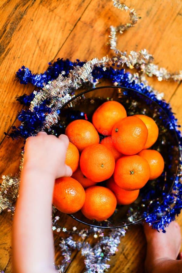 Νέα έννοια έτους/Χριστούγεννα - tangerines σε ένα κύπελλο στοκ εικόνα