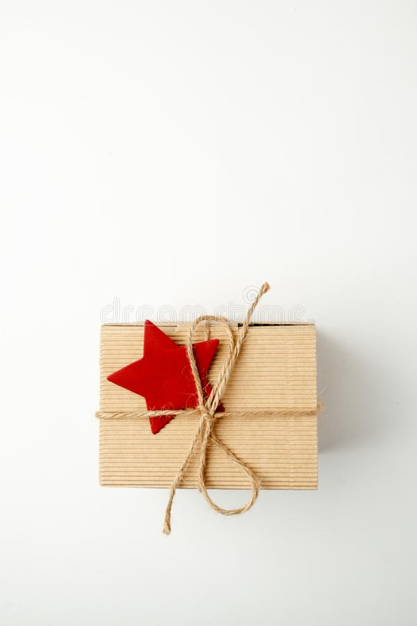 Νέα έννοια διακοσμήσεων εορτασμού έτους Χριστουγέννων, κιβώτιο δώρων με το διακοσμητικό κόκκινο αστέρι στο άσπρο υπόβαθρο στοκ εικόνα με δικαίωμα ελεύθερης χρήσης