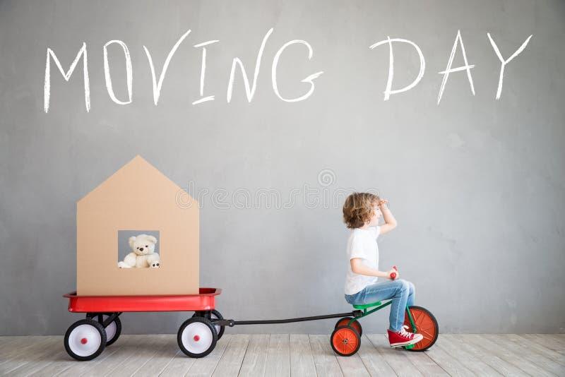 Νέα έννοια σπιτιών εγχώριας κινούμενη ημέρας παιδιών στοκ εικόνες