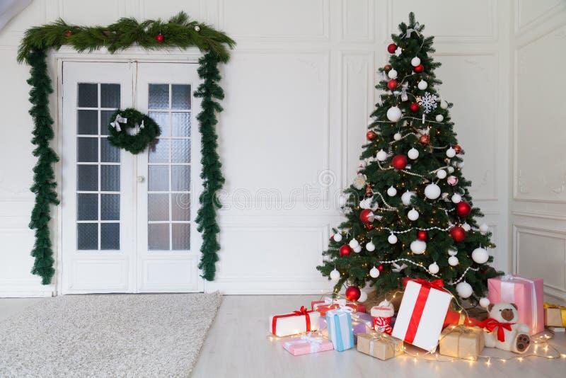 Νέα έτους χριστουγεννιάτικων δέντρων σπιτιών δώρα χειμερινών διακοπών διακοσμήσεων εσωτερικά στοκ εικόνες με δικαίωμα ελεύθερης χρήσης