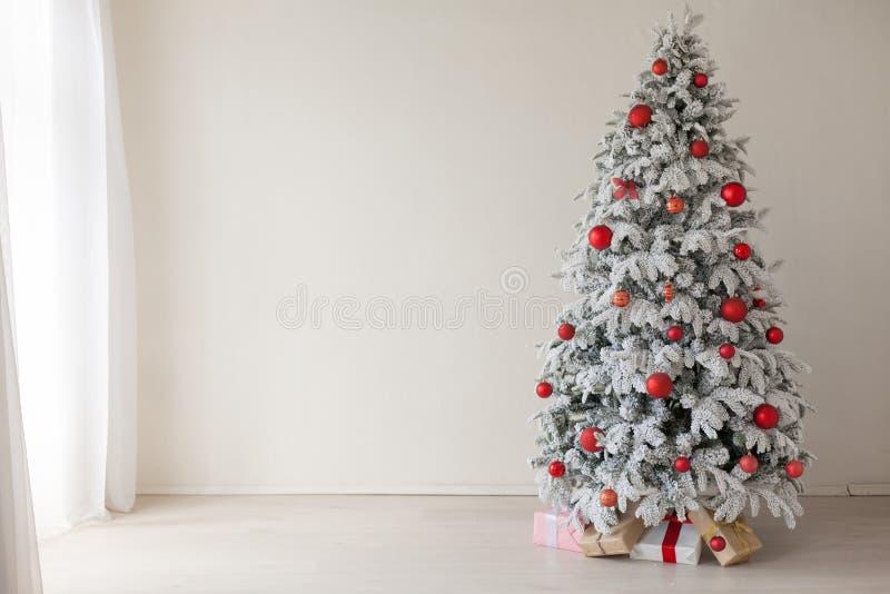 Νέα έτους χριστουγεννιάτικων δέντρων σπιτιών δώρα χειμερινών διακοπών διακοσμήσεων εσωτερικά στοκ φωτογραφία με δικαίωμα ελεύθερης χρήσης